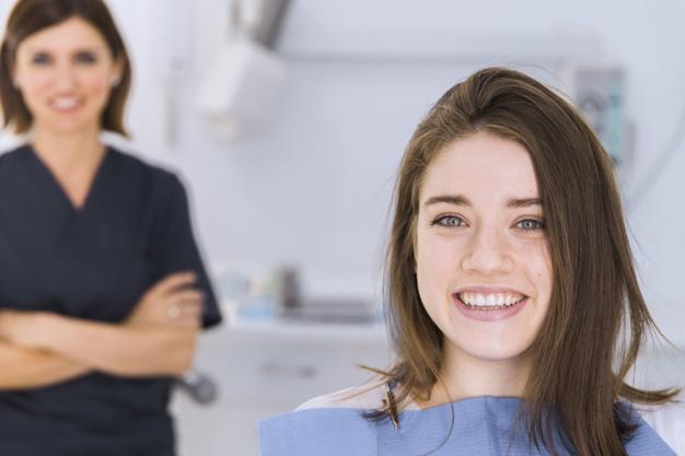 dziewczyna z implantami na zębach